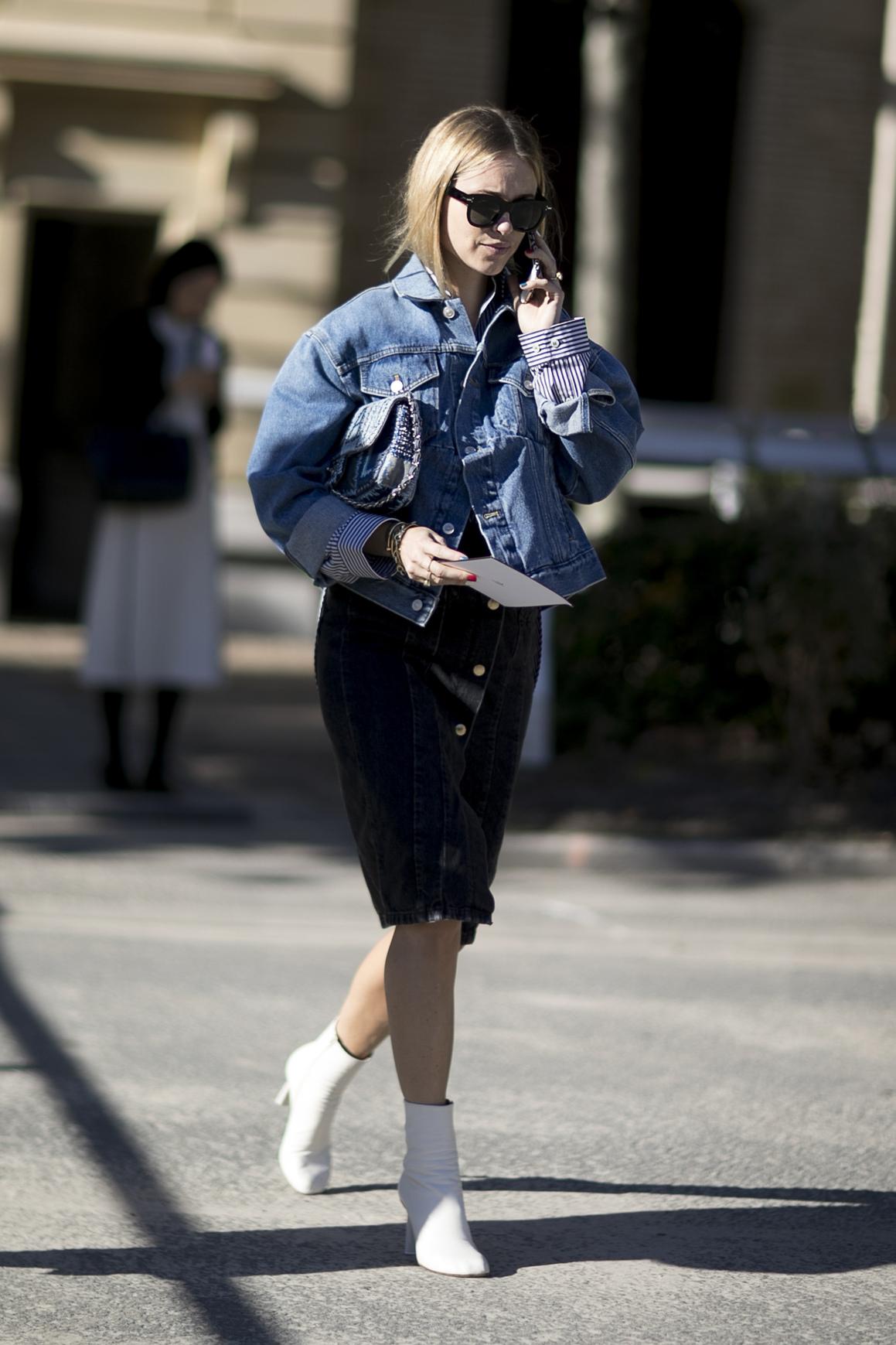 Stylizacja z kurtką jeansową i sukienką midi