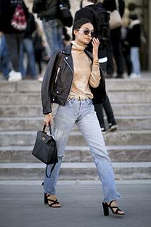 Stylizacja casualowa z wykorzystaniem jasnych jeansów