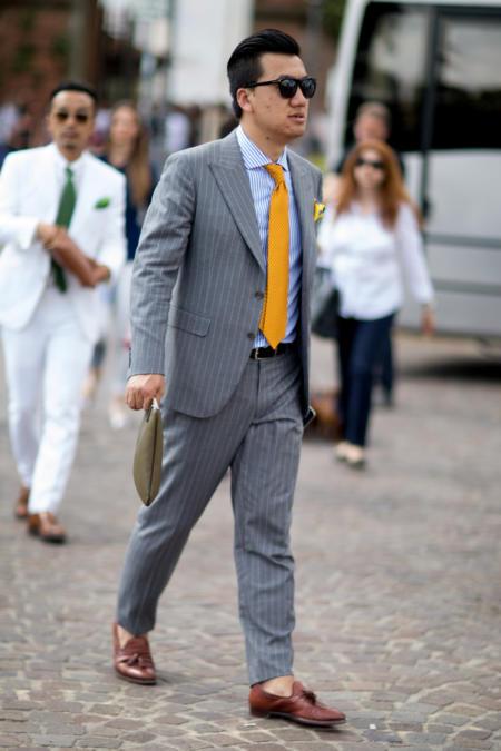 Szary garnitur i żółty krawat