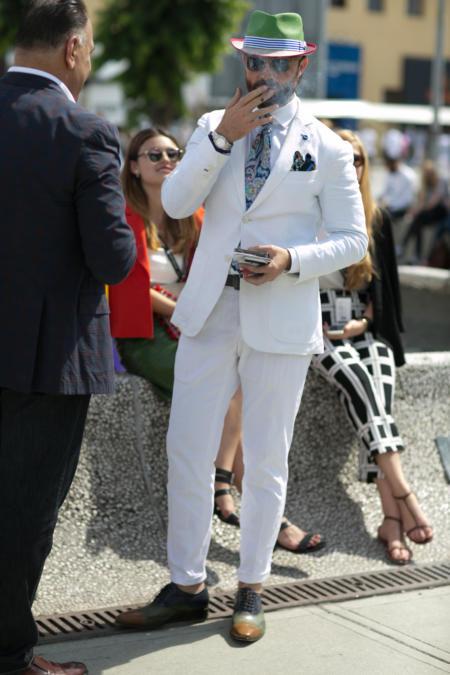Biały garnitur z kolorowymi dodatkami