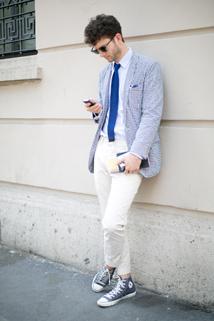 Biała koszula i białe spodnie, a do tego jasno niebieska marynarka to idealny zestaw na letnie spacery