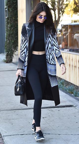 Kendall Jenner w legginsach i stylowym kardiganie
