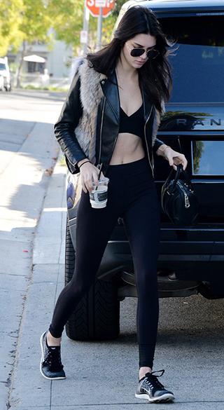 Kendall w kontrastowym połączeniu legginsów z ramoneską