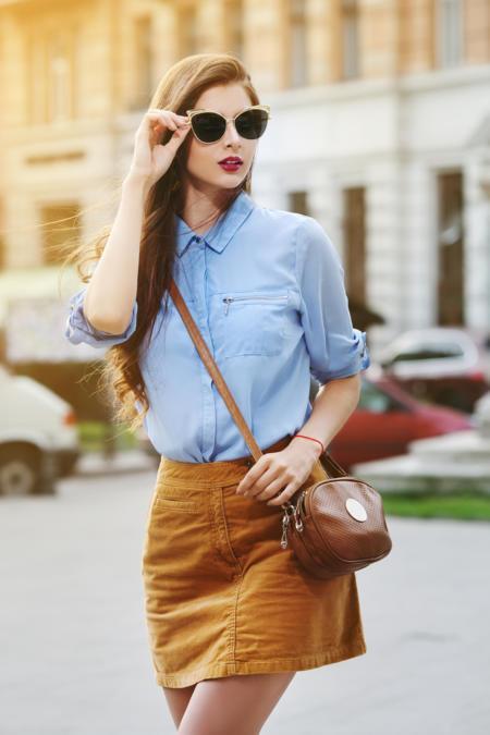 Jasnoniebieska koszula plus krótka spódniczka w kolorze musztardowym