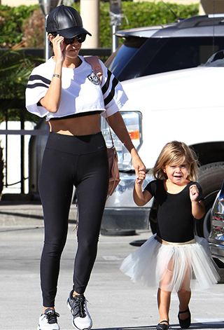 Kourtney Kardashian w legginsach na sportowo