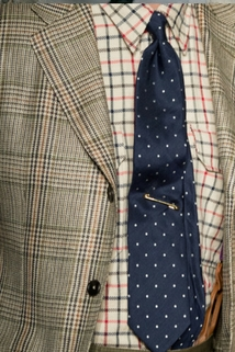 Granatowy krawat w białe kropki