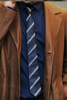 Granatowy krawat w białe paski