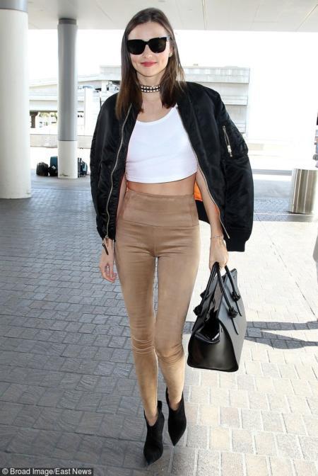 Miranda Kerr w zamszowych legginsach z wysokim stanem