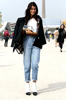 Jasne jeansy pasują do białej bluzki