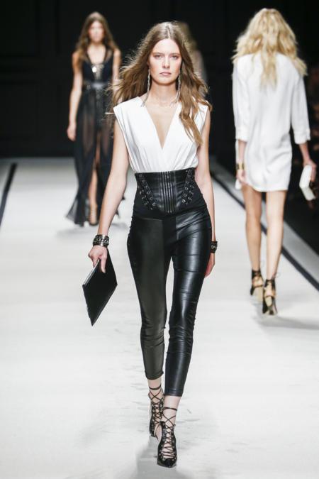 Moda z wybiegu nie tylko dla wysokich - taliowane spodnie to idealny wybór dla niskich