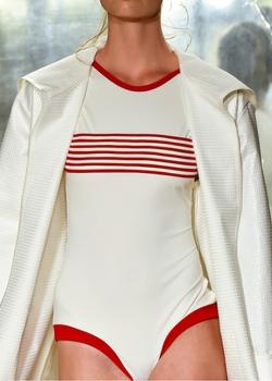 Biały strój kąpielowy z kilkoma czerwonymi paskami
