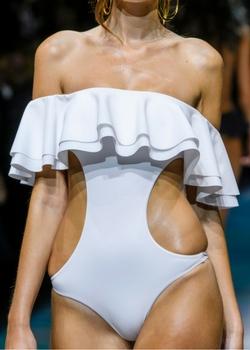 Biały strój kąpielowy z falbanką i wycięciami