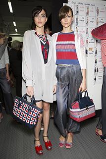 Modelka prezentuje spodnie w kolorze srebra od Vivienne Westwood