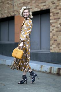 Zestawienie botków peep toe z długą sukienką z printem