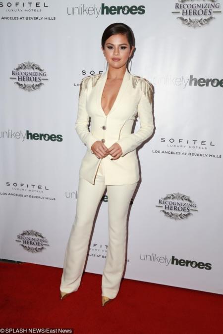 Selena Gomez w kremowym garniturze ze złotymi ozdobami