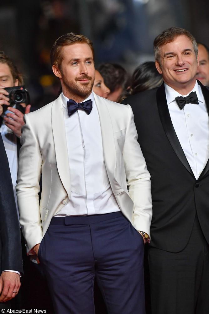 Biało granatowy strój to przełamanie klasyki w elegancki sposób!