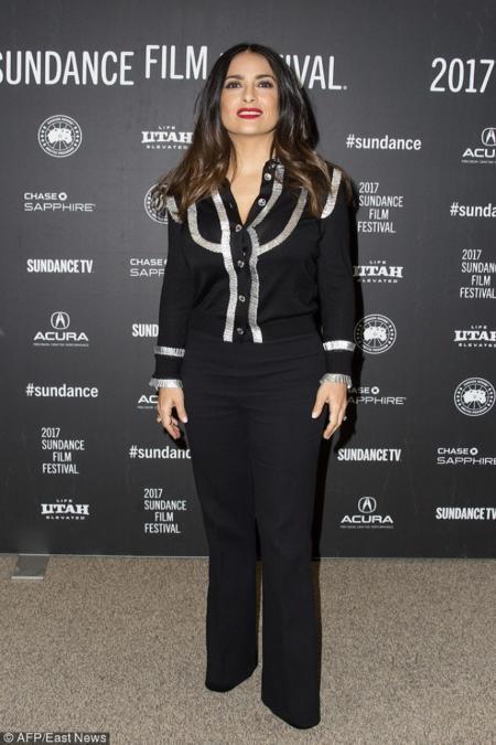 Salma Hayek w kostiumie podkreślającym figurę klepsydry