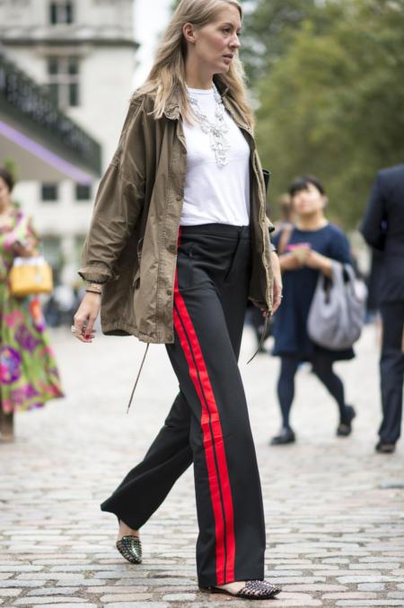 Czarne spodnie dresowe z czerwonym lampasem idealne na stylizację casualową