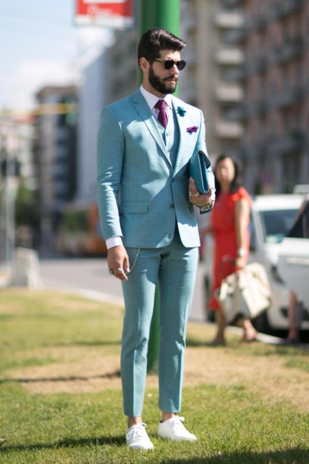 Jasny garnitur z bordowym krawatem