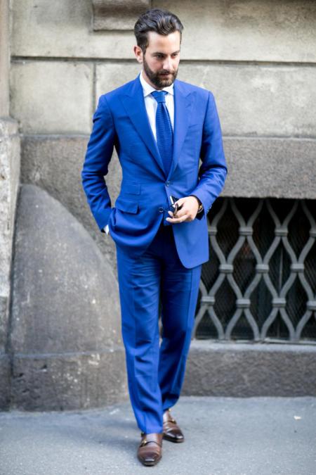 Granatowy krawat kolorystycznie dopasowany do garnituru