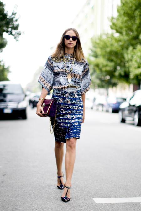 Sukienka we wzory jest bardzo stylowa