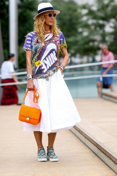 Kolorowa koszulka Nike pasuje do białej spódniczki i kapelusza