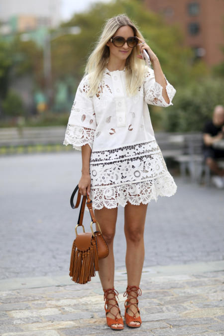 Biała spódniczka komponuje się z bluzeczką boho w tym samym kolorze