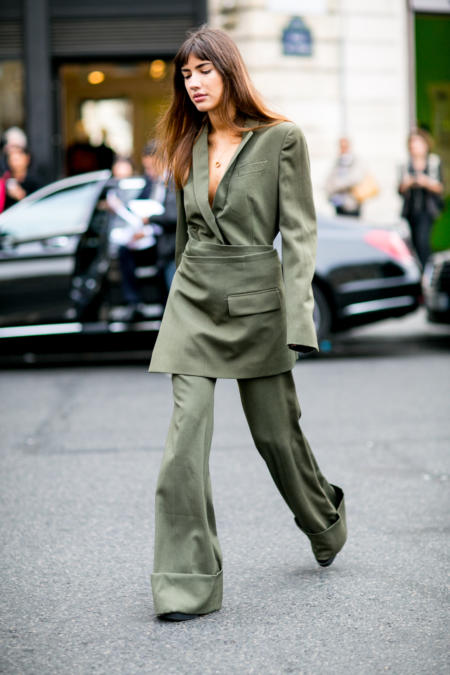 Oliwkowy garnitur podczas Tygodnia Mody w Paryżu