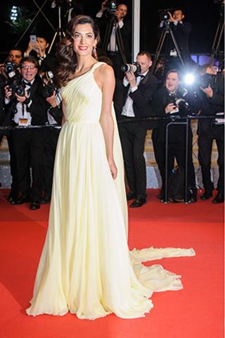Amal Clooney w kremowej sukni od Versace