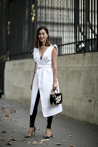 Biała długa bluzka spięta w talii paskiem