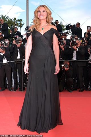 Julia Roberts w klasycznej czarnej sukni