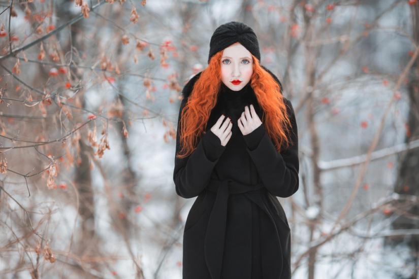 Czarny total look pięknie podkreśla ognisty kolor!
