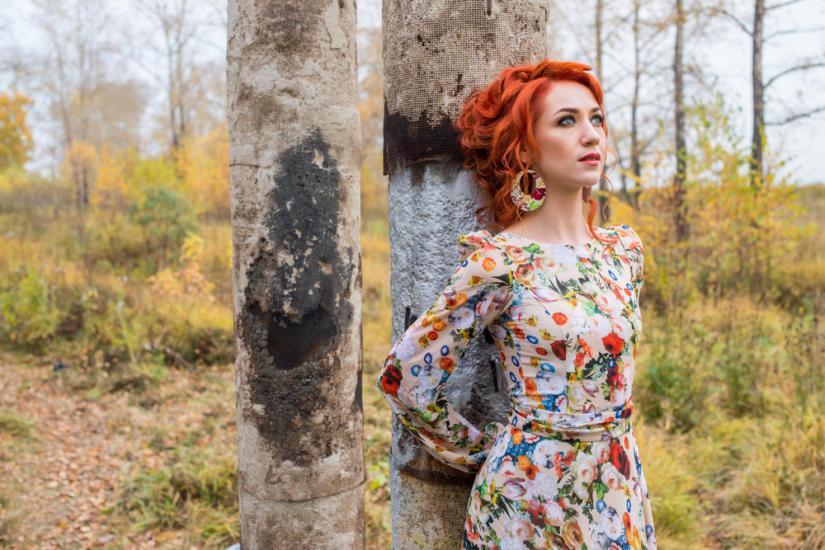 Sukienka w kwiatki idealnie komponuje się z etniczną, rudą urodą.