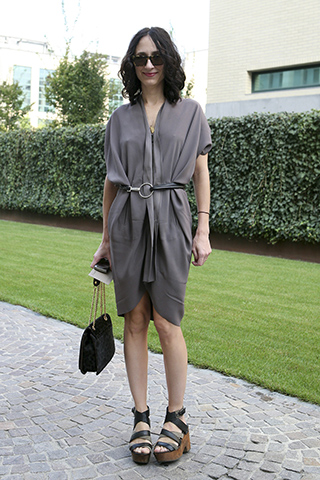 Sukienka spięta paskiem w talii