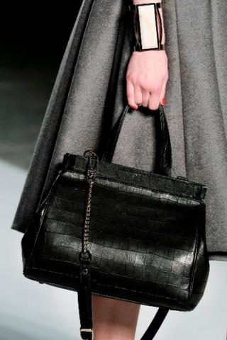 Czarna torebka z długim paskiem