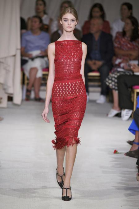 Czerwona sukienka z frędzlami od De La Renta