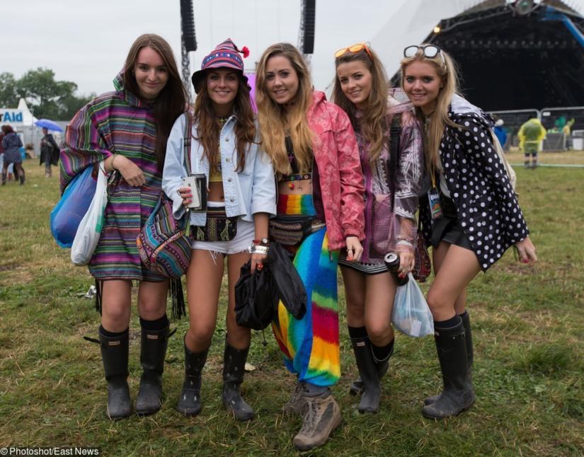 Kolorowe peleryny i kurtki przeciwdeszczowe w połączeniu z shortami stanowią typowe, kontrastowe połączenie festiwalowe.