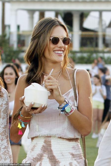 Modelka Alessandra Ambrosio w modnych okularach dodających jej chrakteru