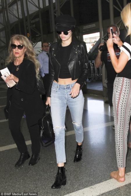 Kendall Jenner to królowa krótkich topów! Przy takiej figurze to jednak nic dziwnego.