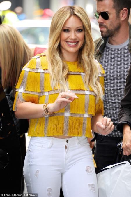 Hilary Duff w żółtej bluzce z frędzlami