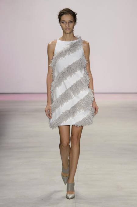 Sukienka z frędzlami od Lela Rose