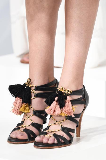 Modne czarne buty z pomponami