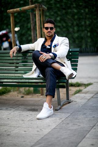 Białe sneakersy w zestawieniu z marynarką