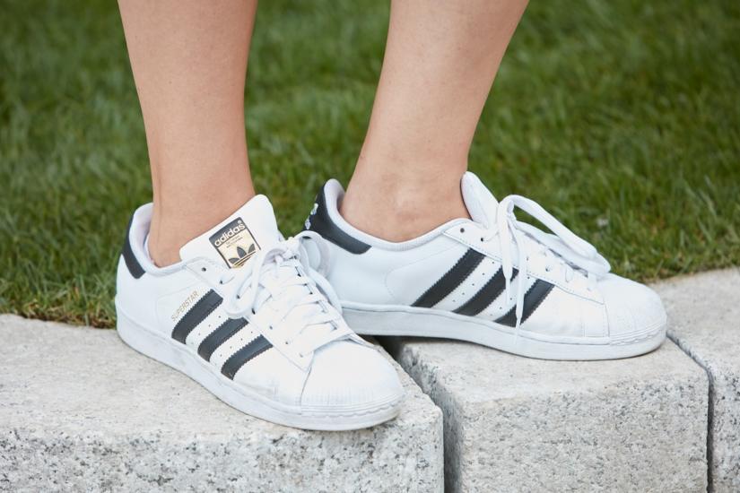 Ponadczasowe buty Adidas Superstar z czarnymi paskami