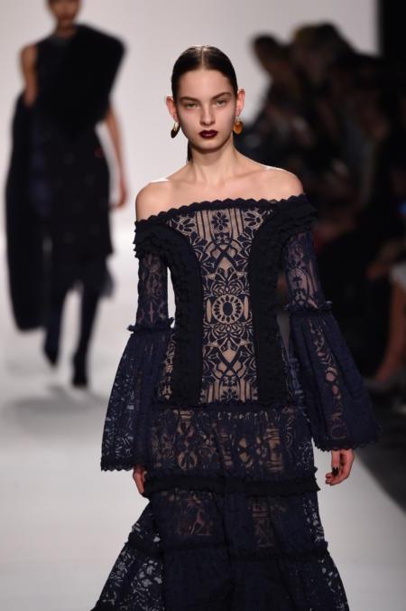 Sukienka hiszpanka, rozkloszowane rękawy i mocna szminka - 3 trendy w jeden wieczór!
