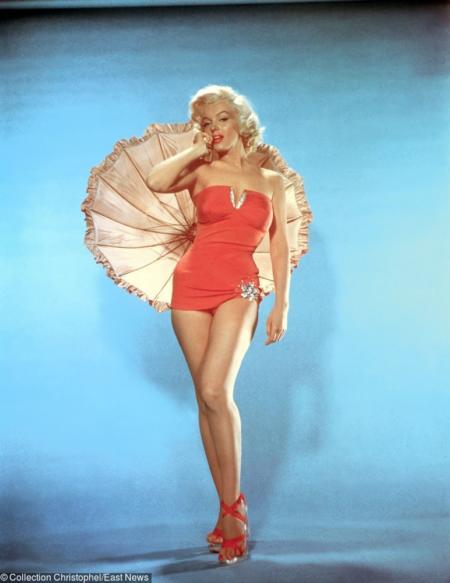 Marilyn Monroe w czerwonym kostiumie z parasolką