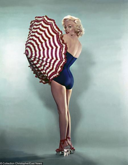 Marilyn Monroe w granatowym kostiumie z parasolką