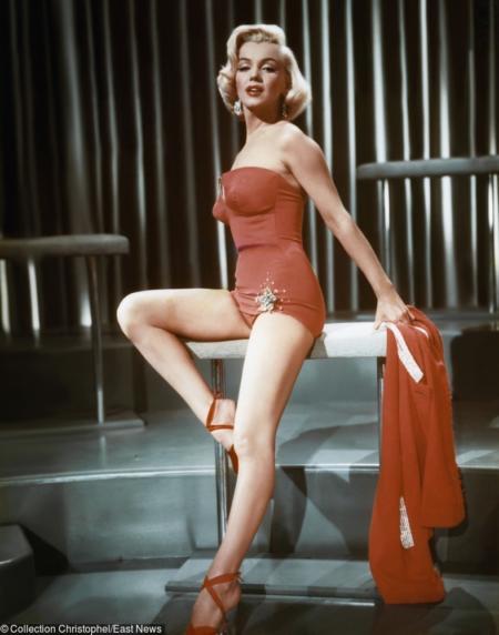 Marilyn Monroe w czerwonym kostiumie z broszką