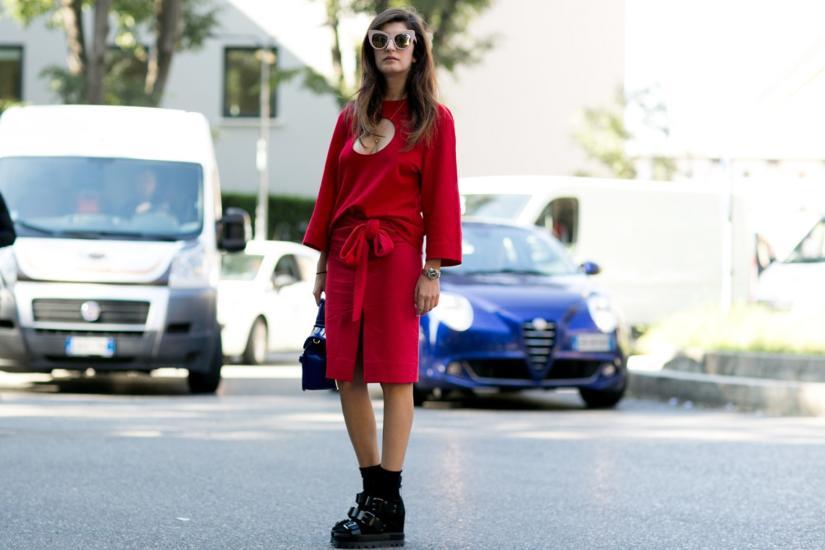 Czerwona sukienka z fantazyjnym dekoltem