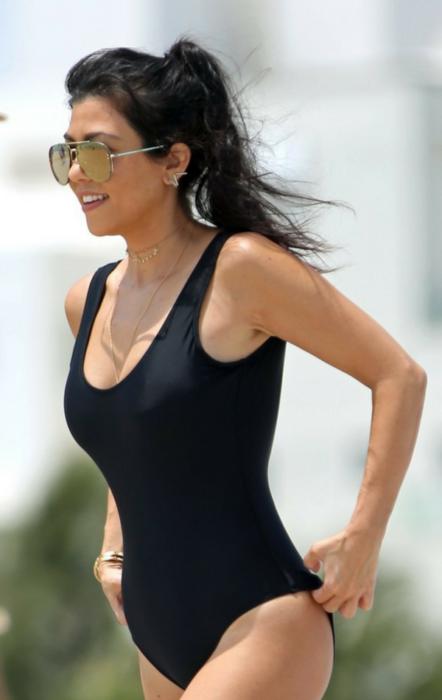 Kourtney Kardashian w body chain